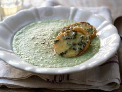 Sopa de Brocolli con Blue Cheese y Crotones
