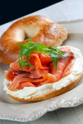 bagel con salmon y queso crema