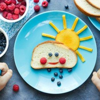 Cómo enseñarle a un niño a tener buenos hábitos alimenticios