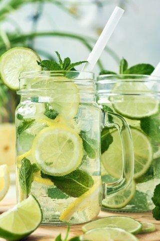 ¿Para qué sirve el agua de limón con hierbabuena?