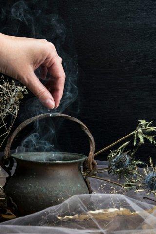 El caldero, un instrumento mágico para las brujas y cocineras