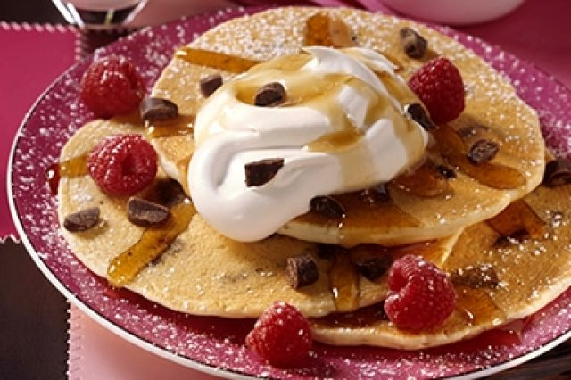 Hot Cakes con Chispas de Chocolate y Crema de Maple