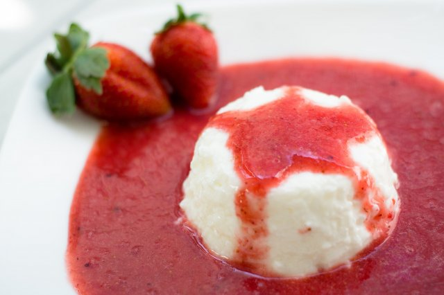 Greek Style Yoghurt Gelatin with Strawberry Coulis