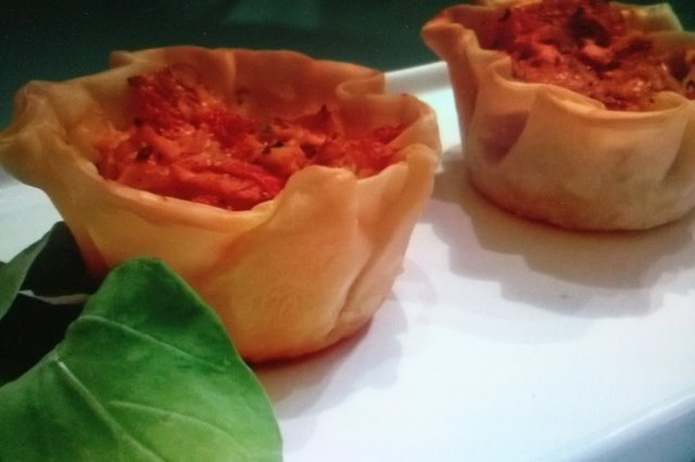 Puff pastry baskets with tuna