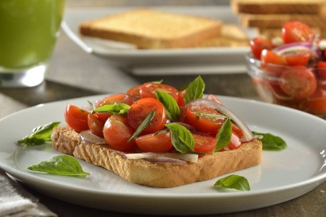 Toasted bread with cherry tomato marinated in rosemary, basil and onion