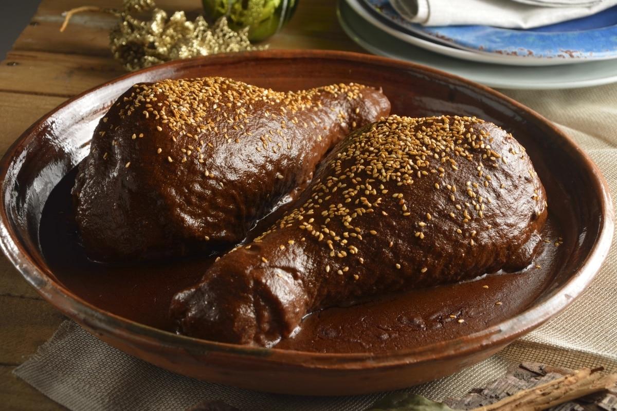 plato de pollo con mole poblano