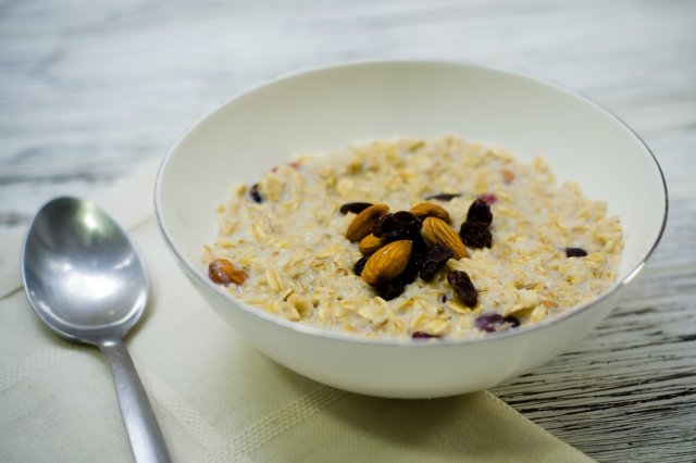 Oatmeal with Almonds and Blueberries