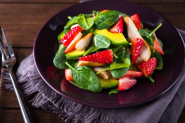 Spinach salad with strawberry and avocado