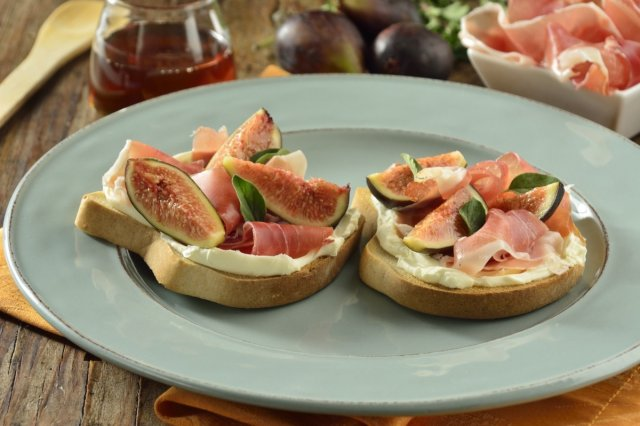 Toasted bread with Mascarpone, Figs and Serrano Ham