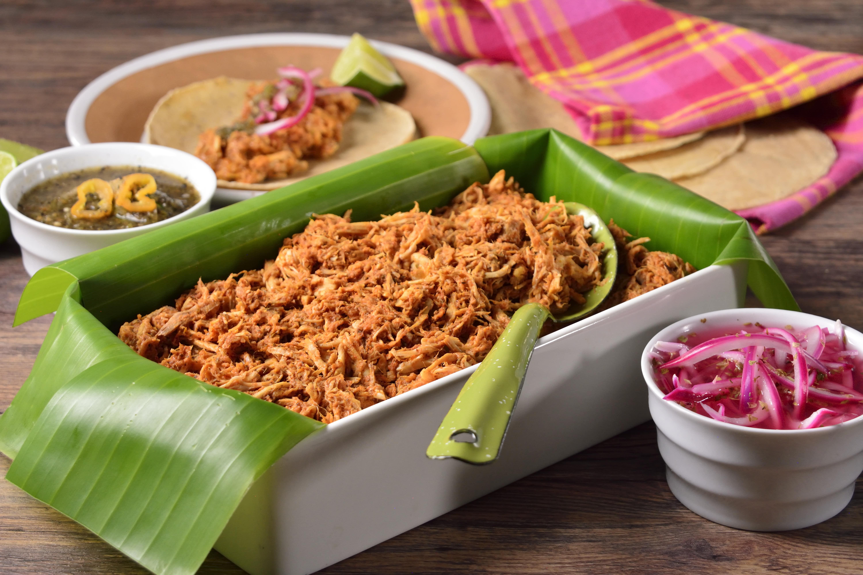 Cochinita pibil servida de forma tradicional: en hoja de plátano