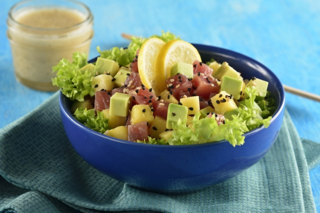 Tuna salad with pineapple and sesame