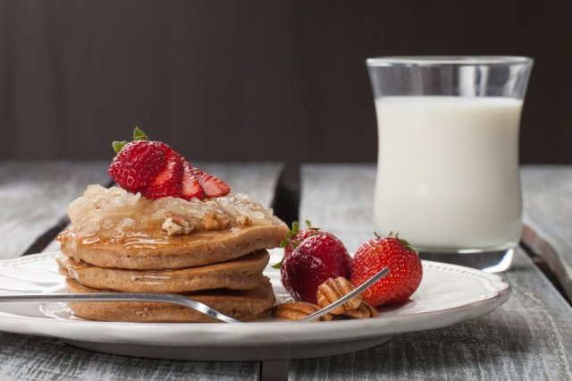 Integral Cinnamon Hotcakes with Cardamom Strawberries
