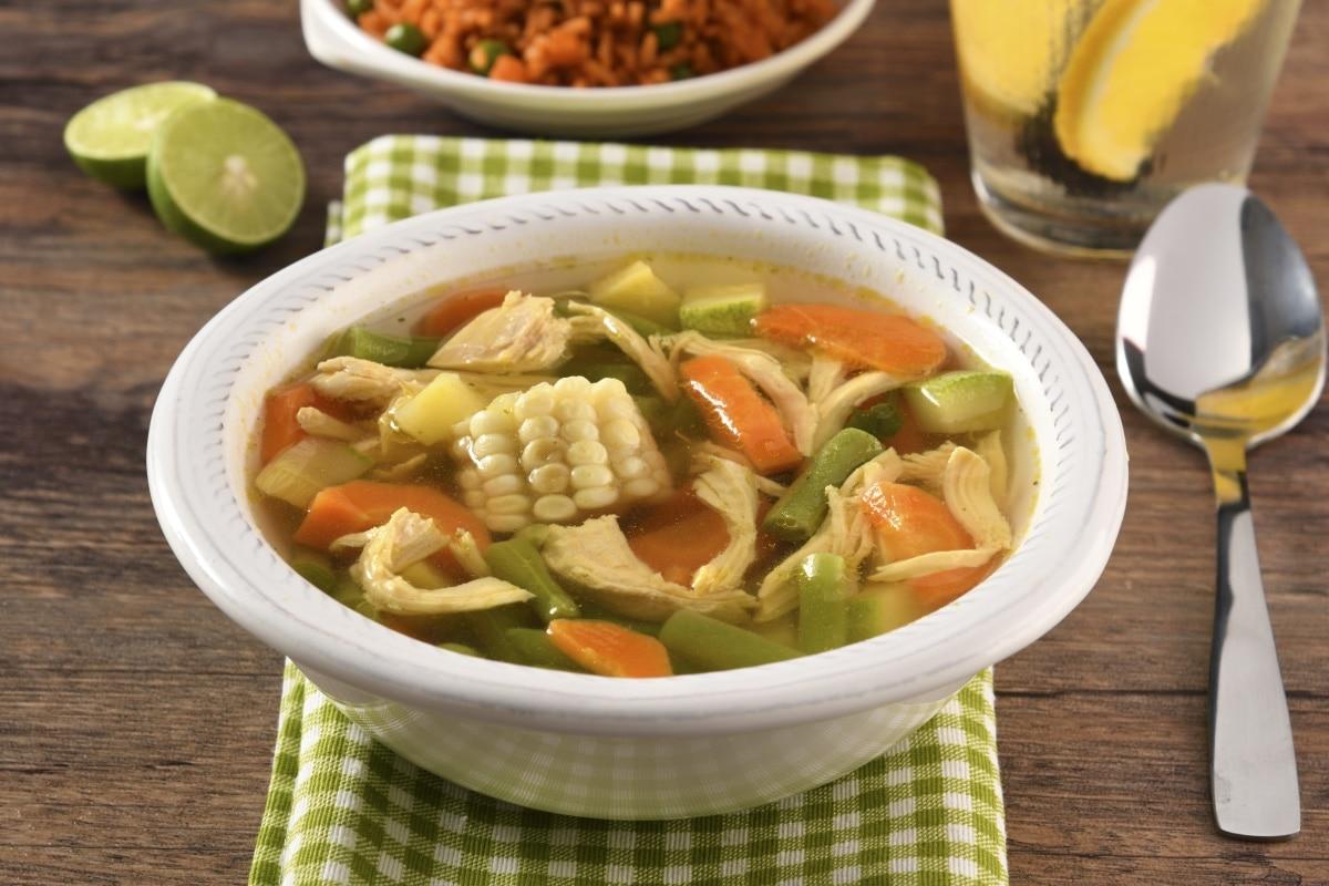 como se hace la sopa de pollo con garbanzos
