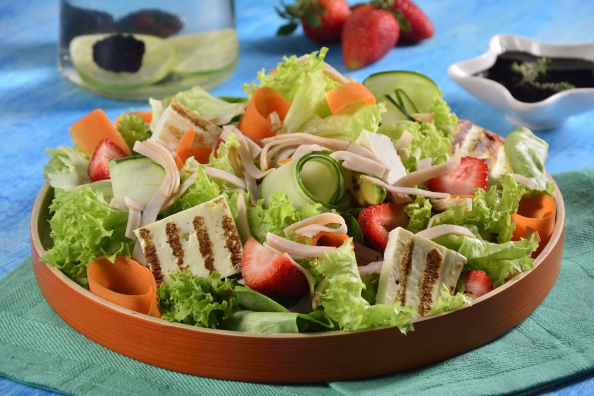 Receta de ensalada fresca de aguacate fresas y pechuga de pollo - Diferentes ensaladas de lechuga ...