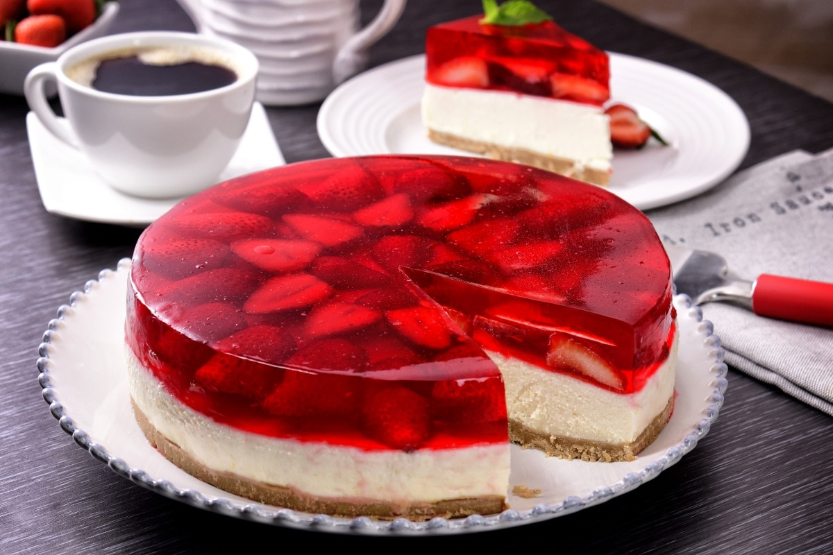 Receta de pastel de gelatina y fresa - Postres con fresas naturales ...