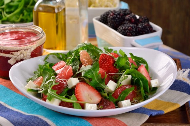 Spinach salad with strawberry