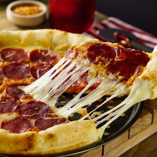 Pizza de Pepperoni con Orilla de Queso