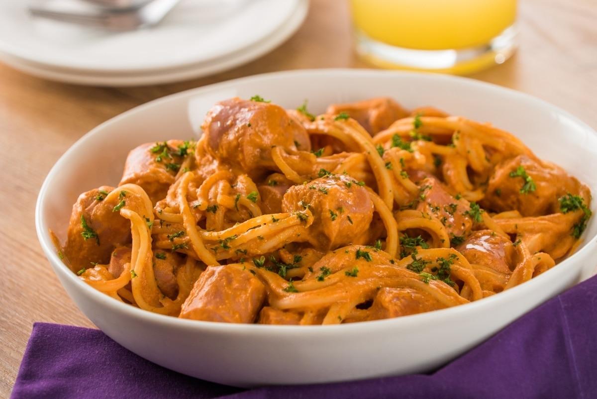 Espagueti Con Salchicha En Salsa De Jitomate
