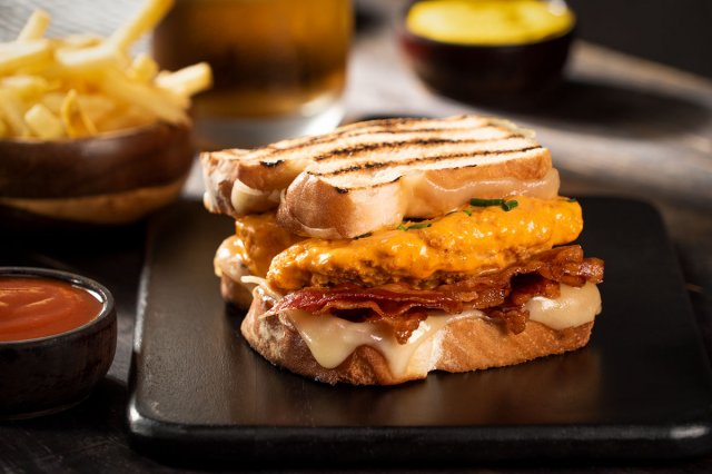 Grilled Sandwich with Bacon and Creamy Chicken