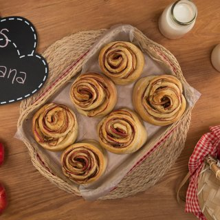 Roles of Roses with Apple and Cinnamon