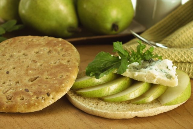 Bimbo Thins with Pear and Gorgonzola Cheese