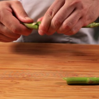 Cut the stem.How to Whiten Asparagus
