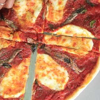 Cut in parallel.How to steal Pizza without being caught