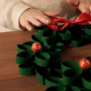 How to make a Christmas wreath with cardboard tubes