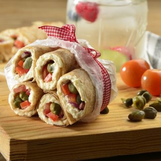 Cheese rolls with capers and tomato