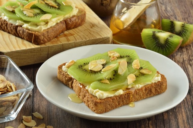 Recipe of Bread with Cheese, Kiwi and Toasted Almonds
