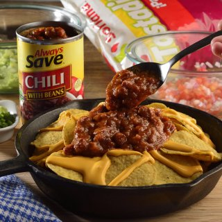 Nachos of chili with beans and guacamole