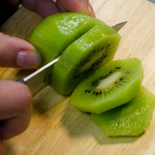How to cut kiwi