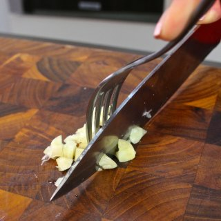 How to peel garlic without getting your hands