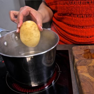 How to make baked potatoes with bacon